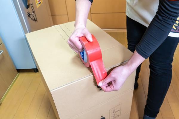 割れ物が入っている場合は赤テープ(又は赤字)にして注意を促します。